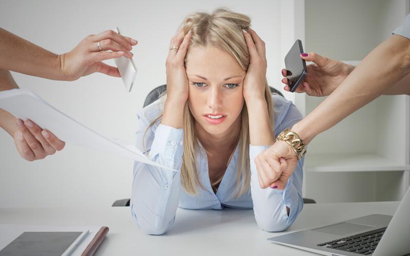 Stresovaná žena v práci