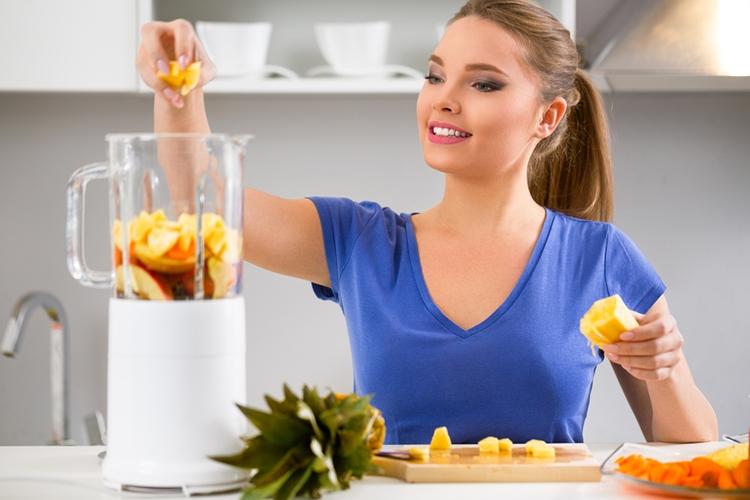 Žena připravuje smoothie