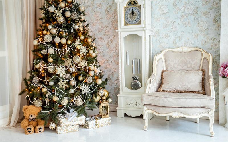 Vánoční stromeček se zlatými ozdobami