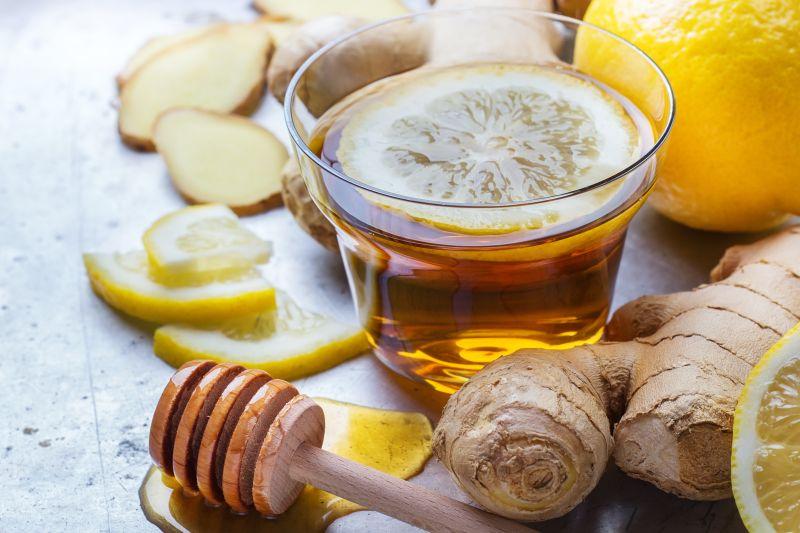 Horký čaj z čerstvého zázvoru zahřeje a prokrví celé tělo.
