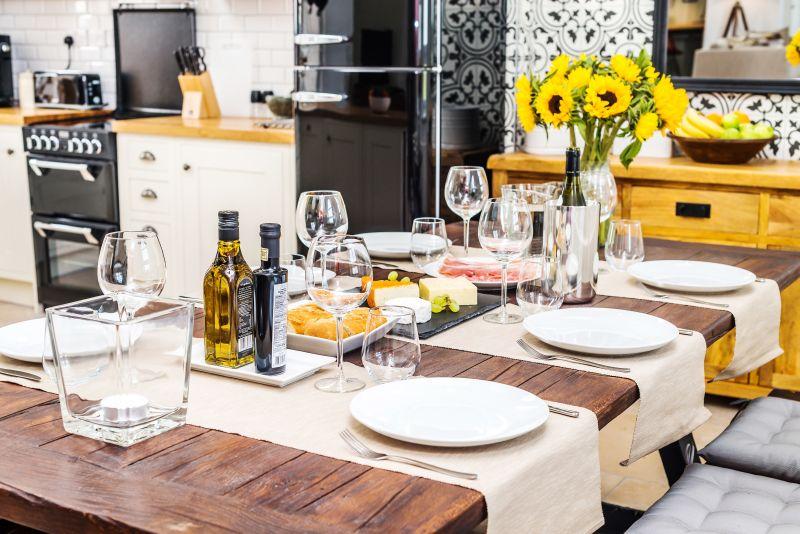 Prostřený jídelní stůl