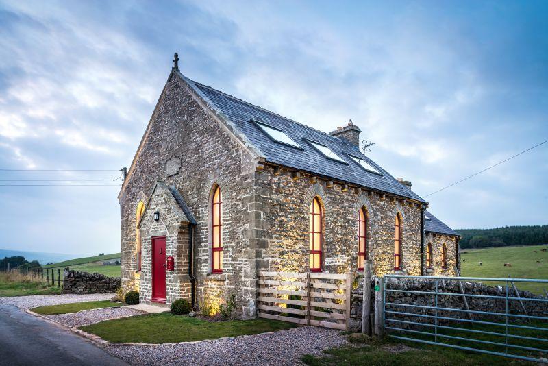 Dům na samotě z kaple na kopci