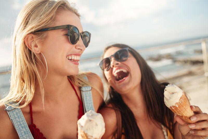 Smějící se ženy se zmrzlinou.