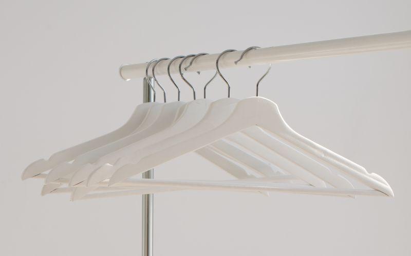 Bílé věšáky na stojanu